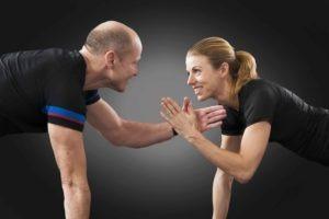 Deux quarantenaire heureux qui font du sport