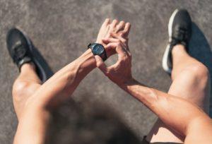 comment faire du sport quand on manque de temps personne qui regarde sa montre au poignet